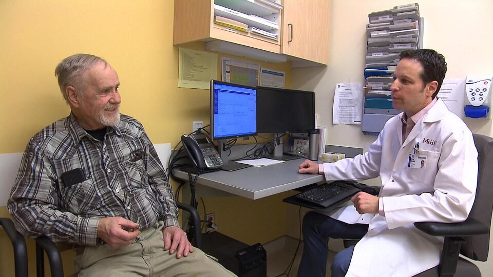 Un médecin parle avec un patient dans un bureau
