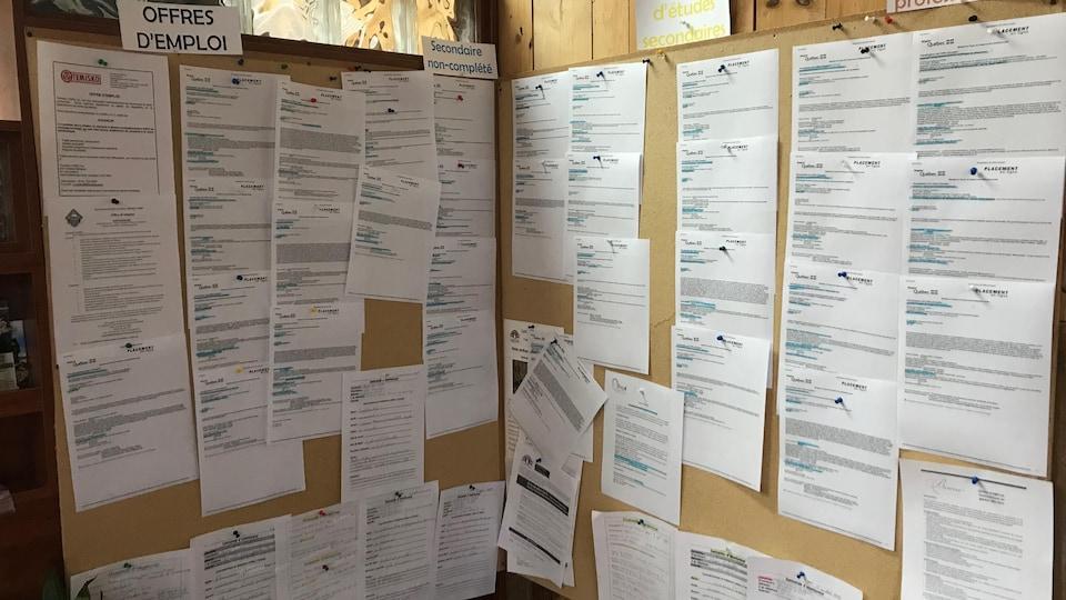 Tableau avec plusieurs feuilles contenant des offres d'emploi.