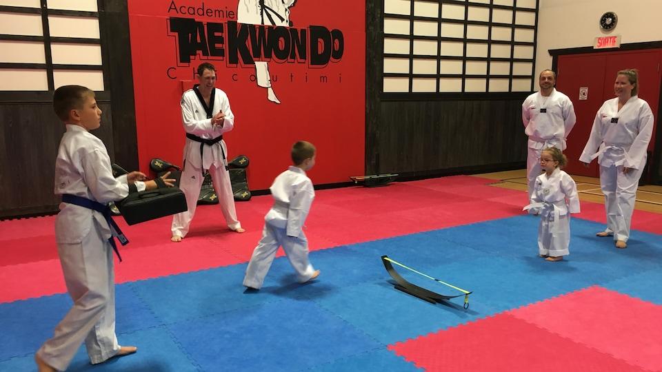 Une famille s'entraîne.