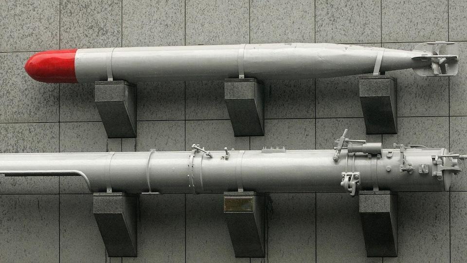 Un mur où deux modèles de torpille sont accrochés.