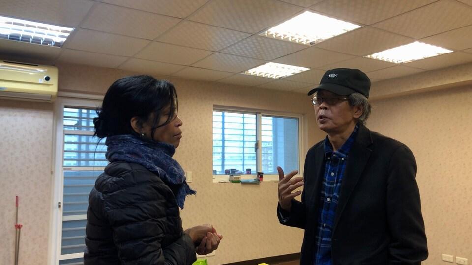 Anyck Béraud discute avec Lam Wing-kee.