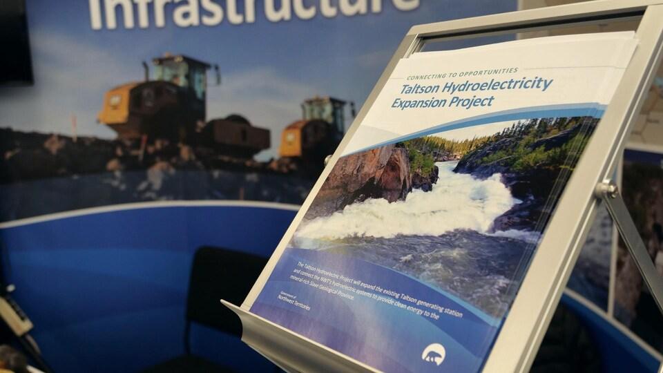 Un dépliant en anglais fait la promotion du projet d'agrandissement du réseau hydroélectrique de la rivière Taltson.