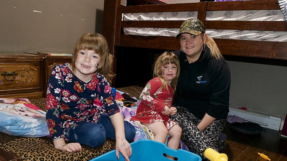Tammy Bernard et deux de ses enfants dans leur appartement à Moncton.