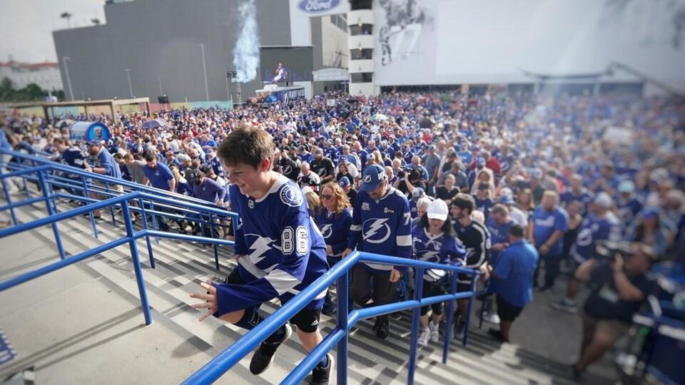 Les partisans du Lightning de Tampa Bay, qui forment la Bolts Nation, n'ont visiblement aucun complexe par rapport aux partisans des Canadiens. Ils ont chanté leur cri de ralliement toute la soirée.