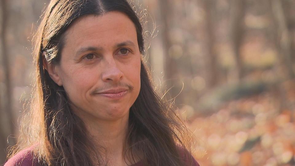 Tanya Handa photographiée dans le bois.