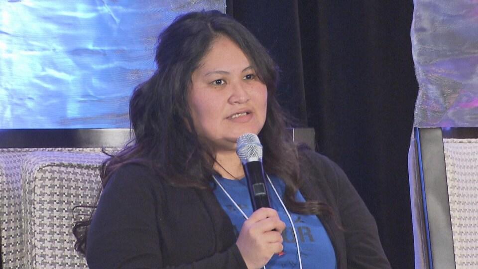 Tanya Showshoe s'adresse à une foule dans le cadre d'une conférence.