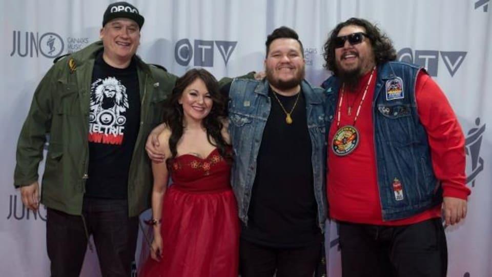 La chanteuse inuk Tanya Tagaq en compagnie des membres du groupe A Tribe Called Red