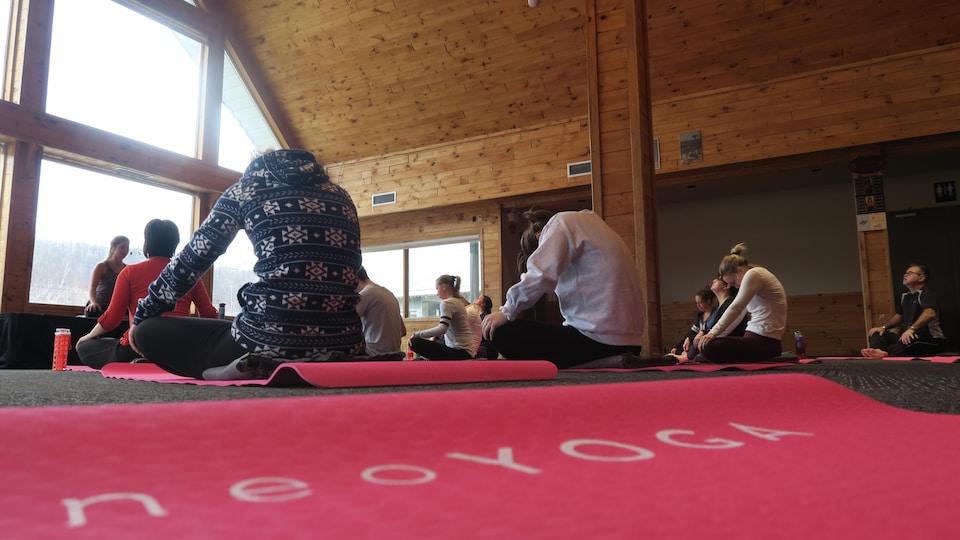 Les tapis de yoga sont fournis dans lors des événements.