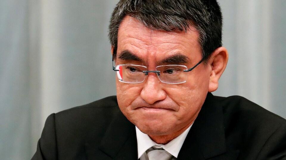 Taro Kono se pince les lèvres.