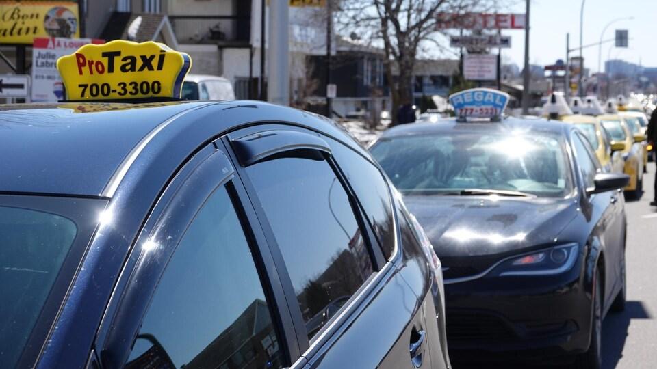 Une file de voitures de taxi.