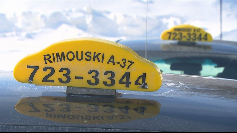 Une enseigne de Taxi Rimouski