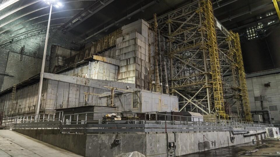 Vue intérieure du sarcophage qui recouvre le réacteur numéro 4 de la centrale de Tchernobyl.
