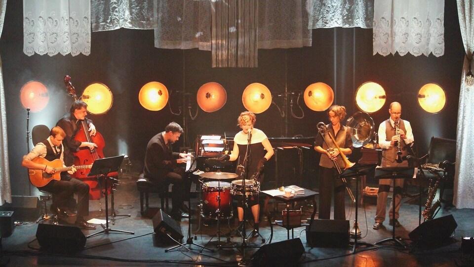Les six musiciens de Tea for 20'S sur scène.