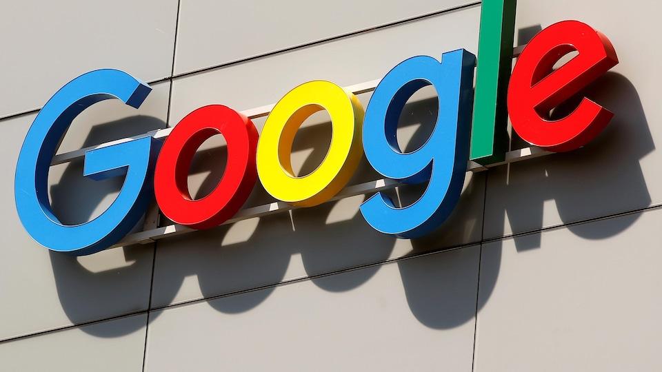 Le logo de l'entreprise Google à l'extérieur d'un bâtiment.