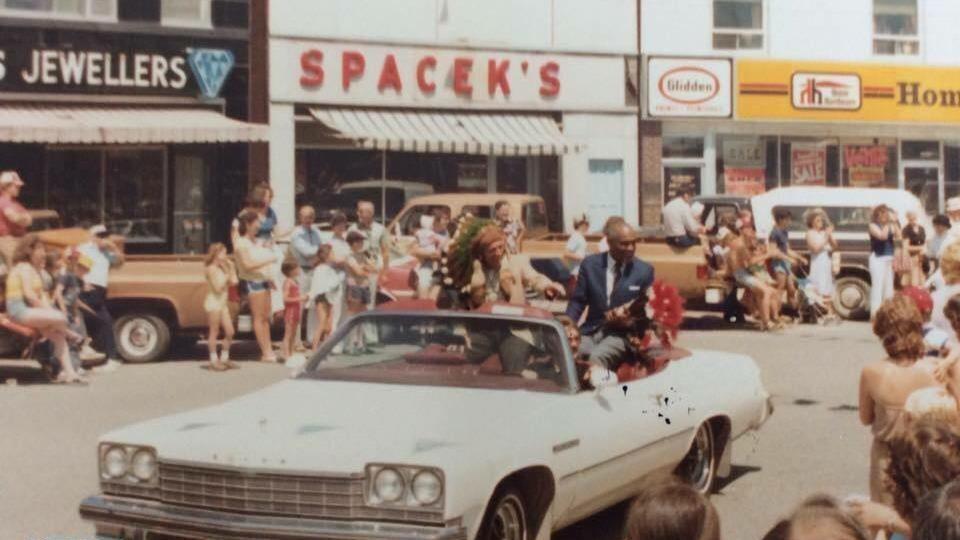 Ted Jewell à bord d'une voiture décapotable lors d'un défilé su Cercle de Kapuskasing, dans les années 1980.