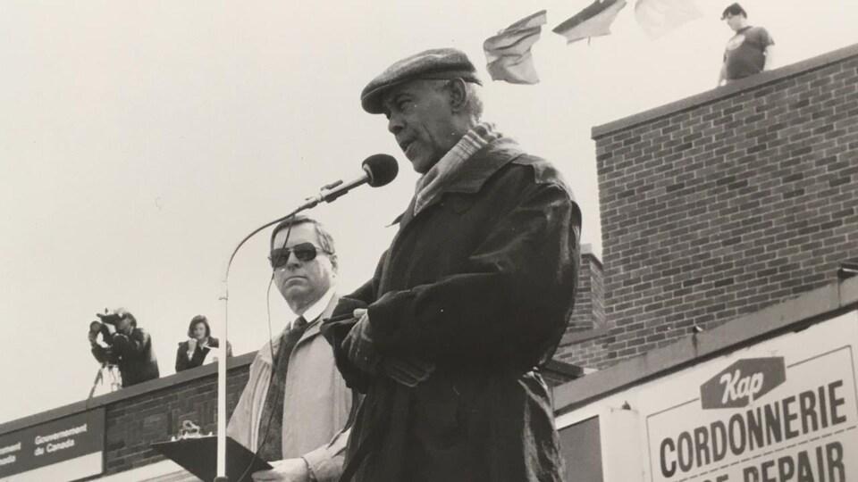 L'ancien maire de Kapuskasing, Ted Jewell, prend la parole lors d'une manifestation pour la survie de la papetière Spruce Falls, en 1991.