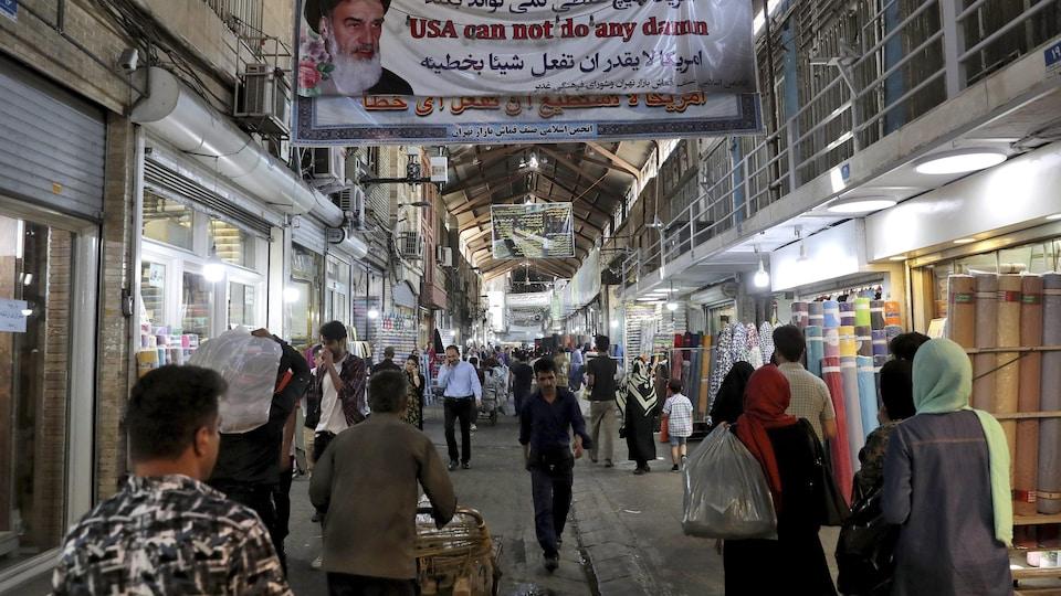 Des Iraniens dans un bazar à Téhéran.