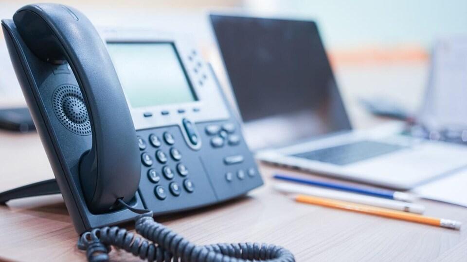 Un téléphone sur un bureau.
