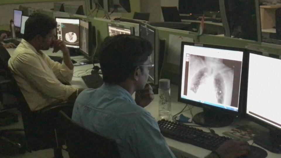 Des radiologues à l'oeuvre, dans les locaux de Teleradiology Solutions, à Bangalore, en Inde.
