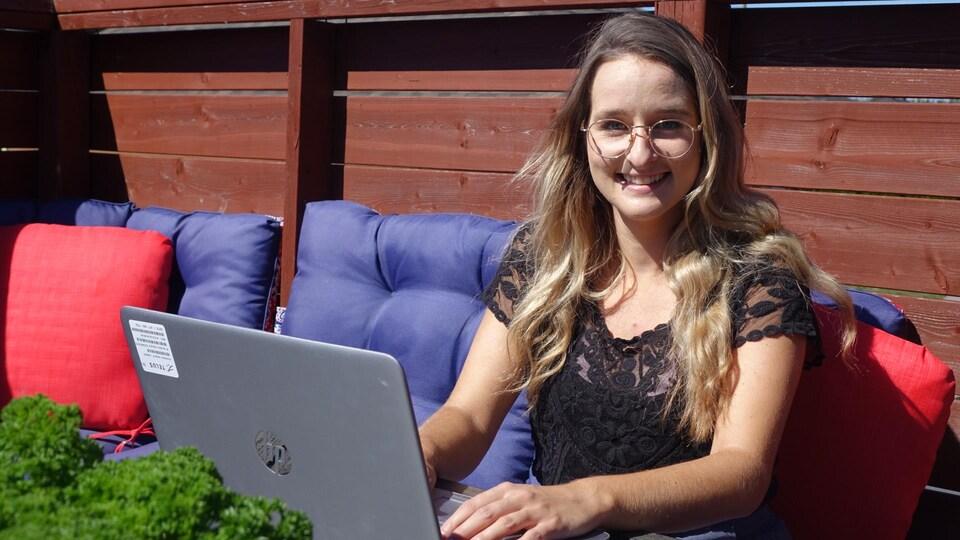 Julie Blanchette, analyste marketing, mise en marché, Telus en situation de teletravail devant son ordinateur portable