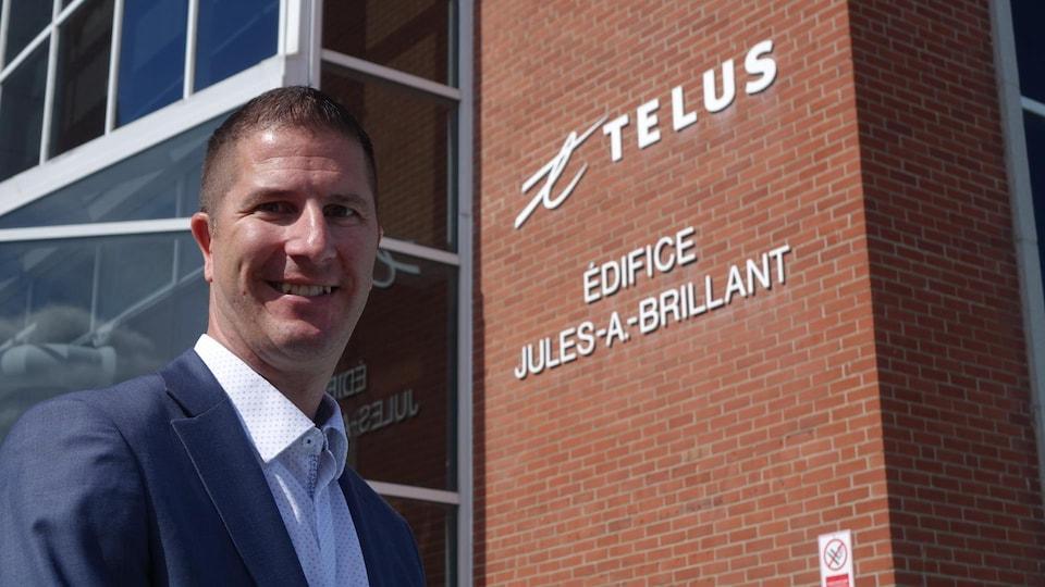 Marco V. Henry, directeur général, Bureau de projet, Telus devant l'édifice Jules-A.-Brillant de Telus à Rimouski