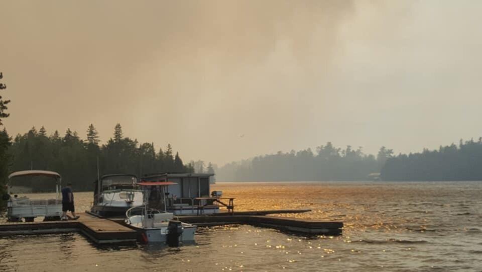 Une photo d'un lac avec de la fumée