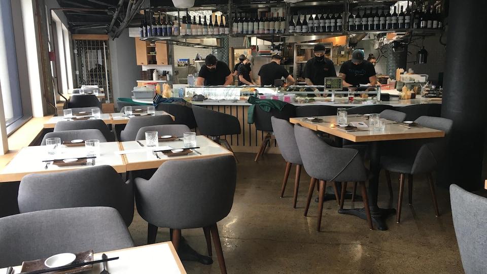 Des employés du restaurant au travail.