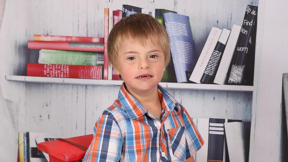 Une photo d'école d'un enfant atteint de la trisomie 21.