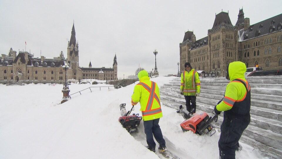 Des déneigeurs sont à pied d'oeuvre sur la colline du Parlement.