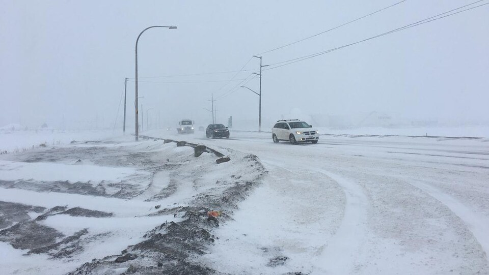 Voitures circulant pendant une tempête de neige à l'Île-du-Prince-Édouard le 20 janvier 2019.