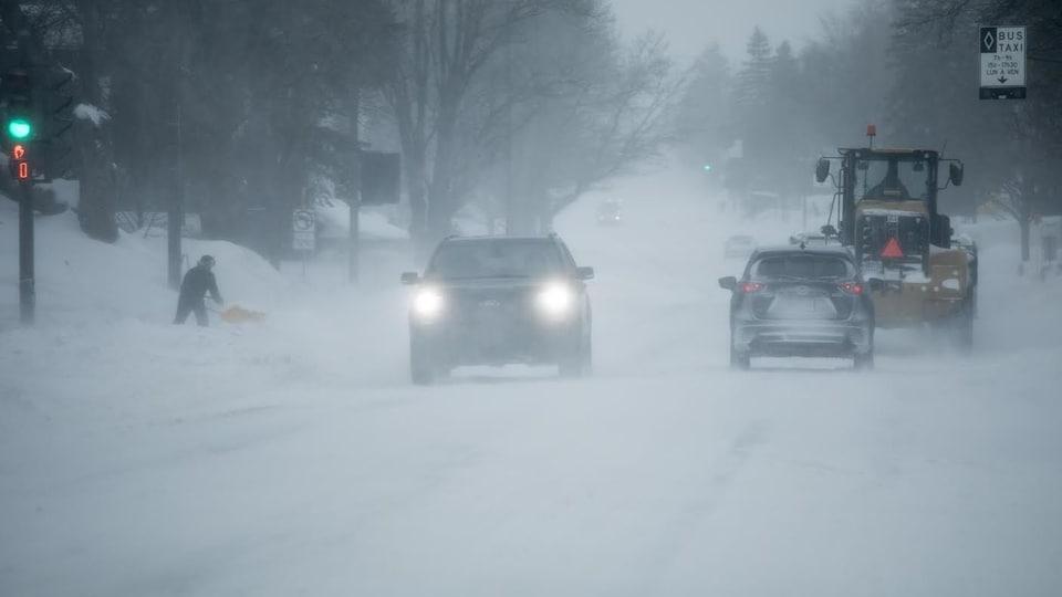 Déneigeurs et automobilistes partagent la route sous la tempête.