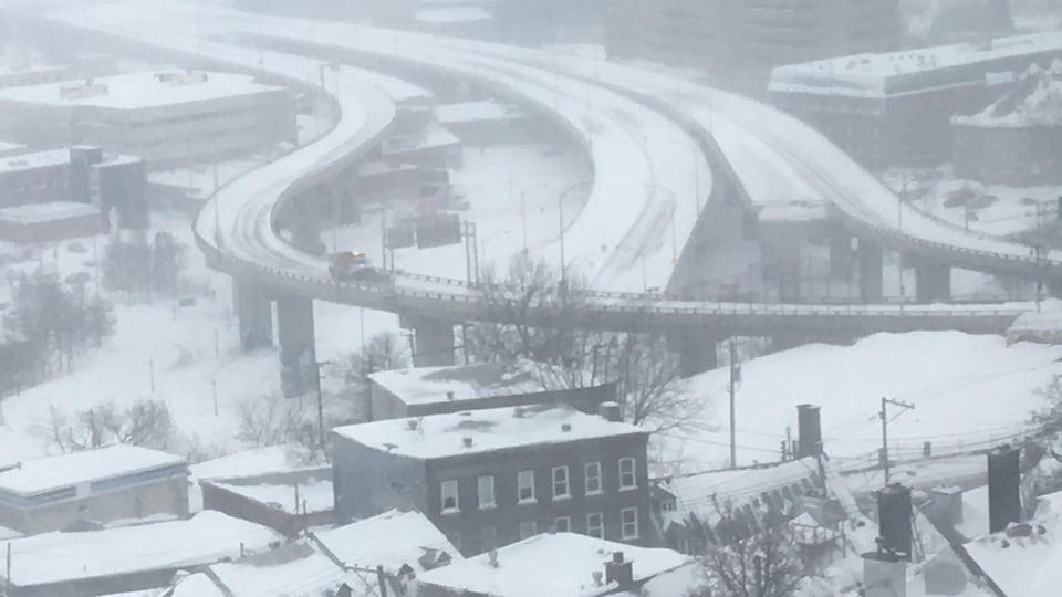 Vue de la Haute-Ville de l'autoroute Dufferin déserte.