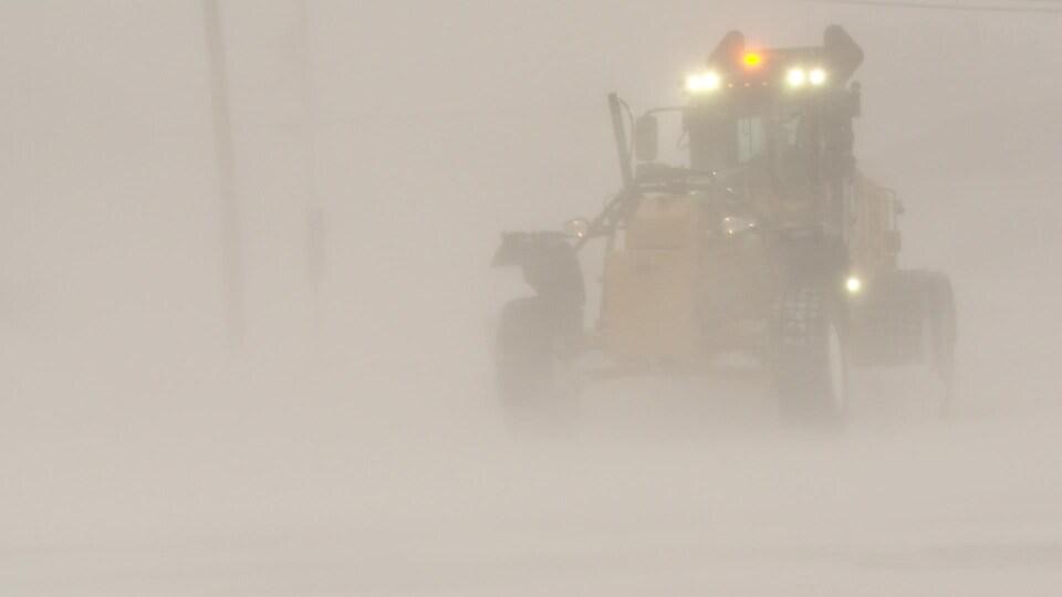 Un camion de déneigement à Matane lors de la tempête du 2 mars 2021.