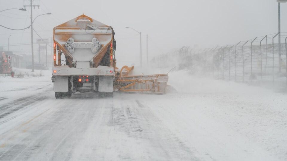 Un camion déneige une route lors de la tempête du 12 novembre 2019.