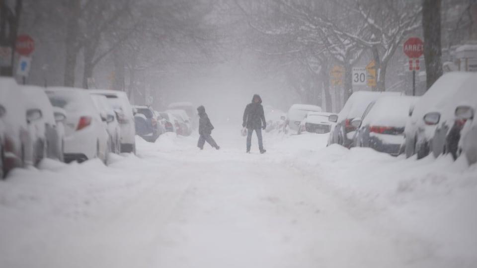 Une rue de Montréal enneigée.
