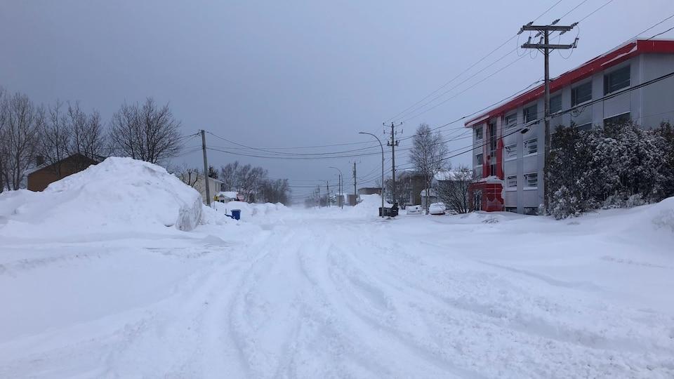 La rue Cartier enneigée à Sept-Îles lors de la tempête du 2 mars 2021.