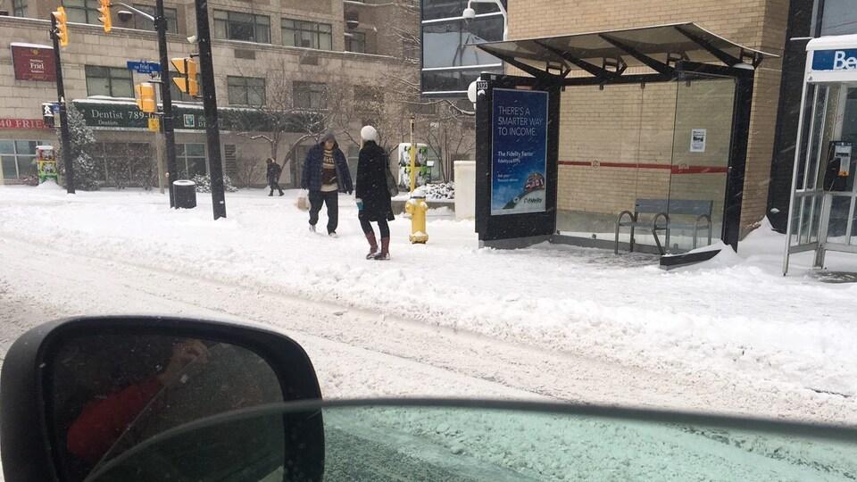 Une rue enneigée à Ottawa.