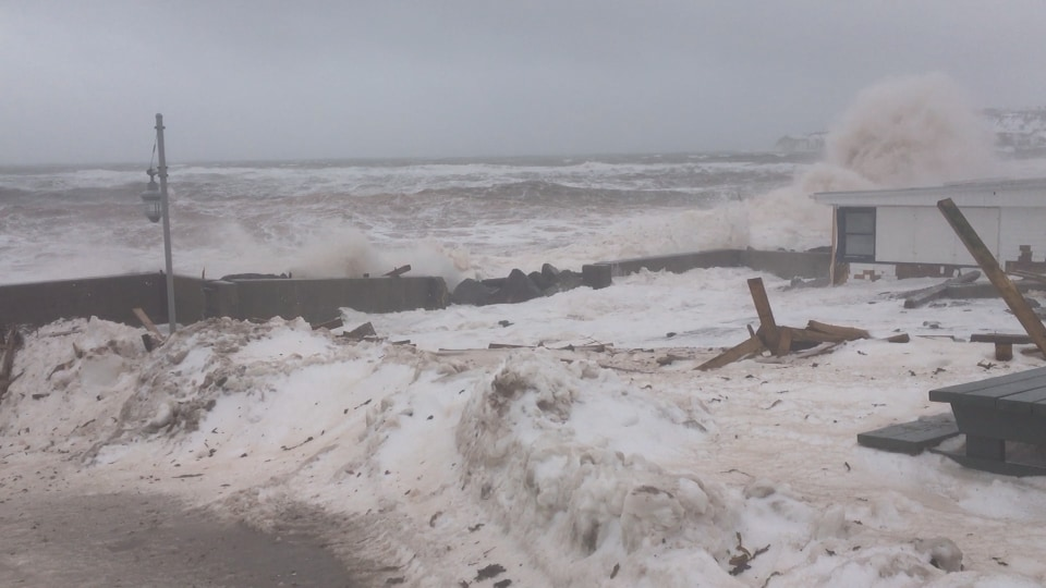 Fortes vagues à Percé mercredi
