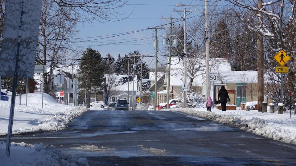 Un gros plan d'une rue enneigée à Rimouski.