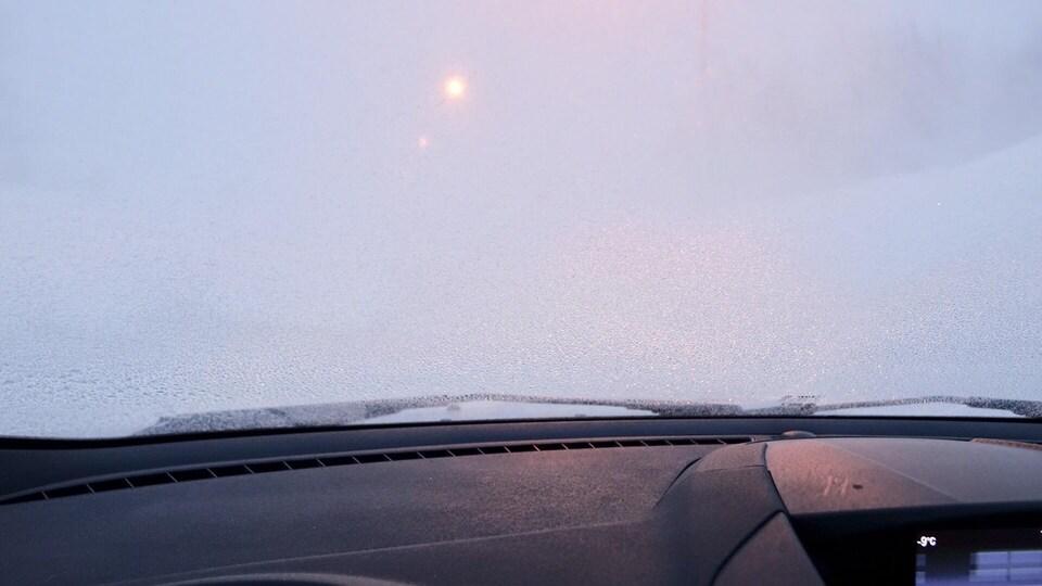Aperçu de la tempête à partir de l'intérieur d'un véhicule.