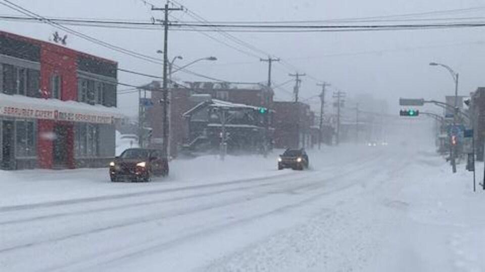 Quelques voitures sur la rue King Ouest à Sherbrooke en pleine tempête de  neige.