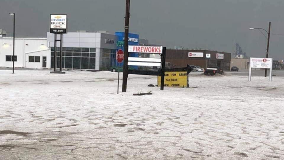 Des grêlons au sol dans la ville de Assiniboia en Saskatchewan