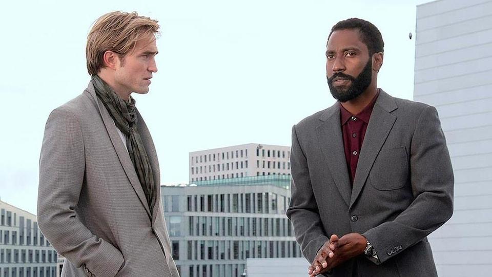 Robert Pattinson et John David Washington sont face-à-face.