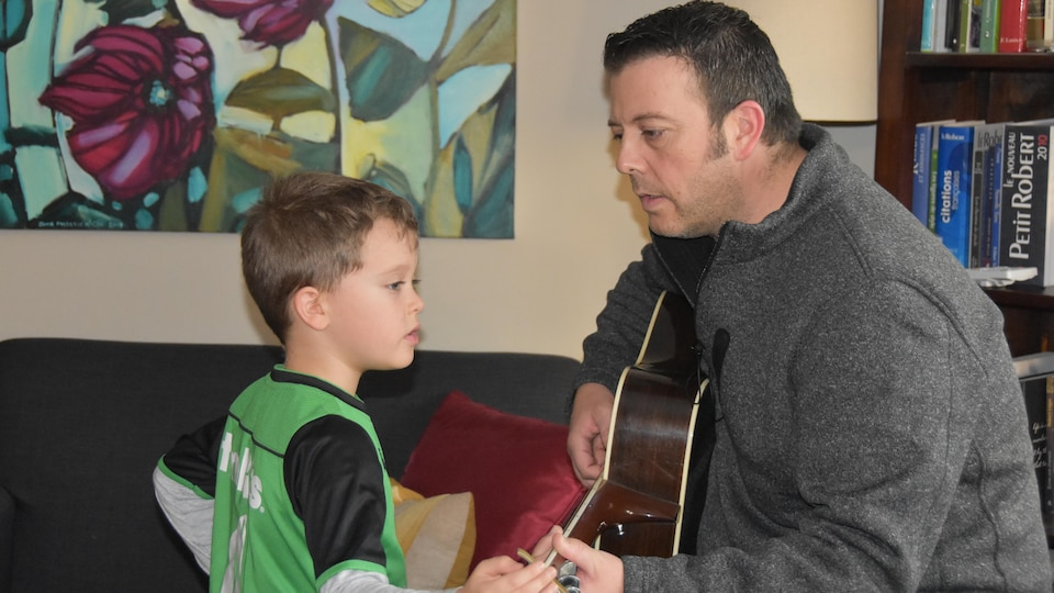 Mathias et son père à la guitare.