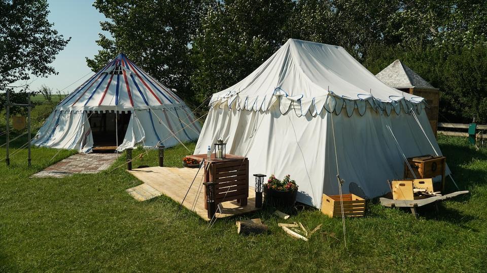 Deux tentes de style médiéval.