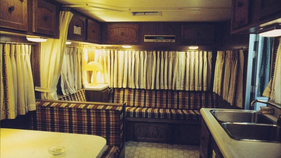 Aménagement intérieur d'une roulotte en 1977.