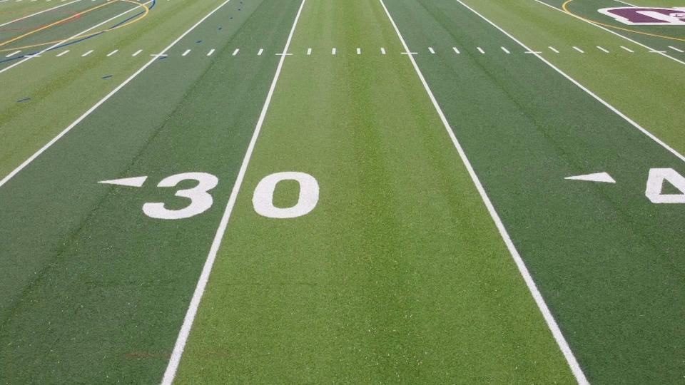 Le chiffre 30 et les lignes sur un terrain de football universitaire