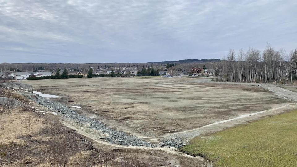 Un terrain de soccer en construction.