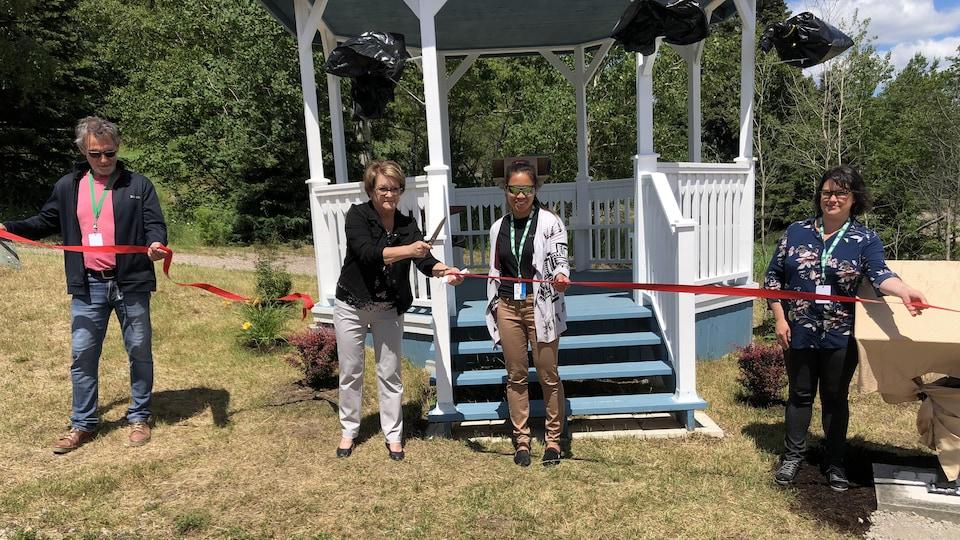 La mairesse coupe le ruban pour inaugurer la nouvelle terrasse.