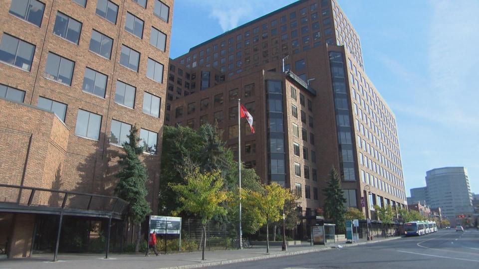 Le complexe immobilier comporte plusieurs édifices de plus de 10 étages.